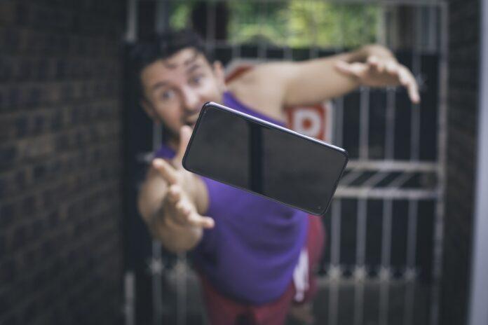Czy etui chroni smartfon przy upadku z wysokości?
